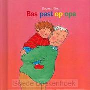 Bas past op opa miniboekje