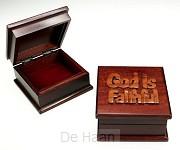 Sieradenkistje 9.5x9.5x5.5cm God is fait