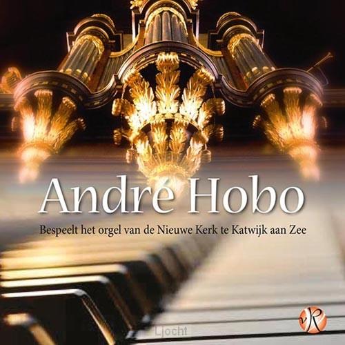 Andre Hobo bespeelt het orgel