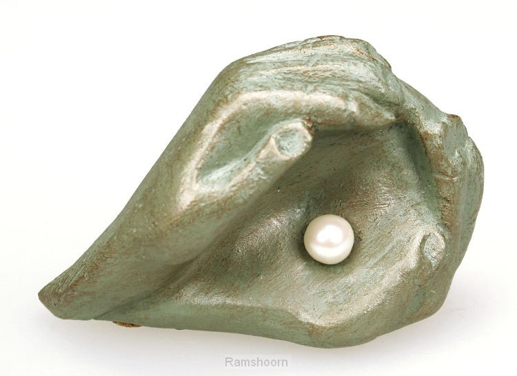 Beeld 713 parel in 2 handen 10cm groen