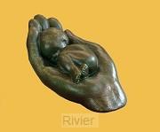 Beeld emO17 kind in hand 6cm brons
