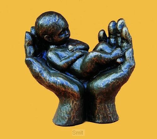 Beeld handen met kind brons