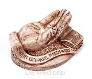 Beeld hand met parel op voet + spreuk