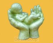 Beeld handen met kind ivoor